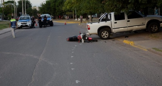 Accidente entre camioneta y moto, resultó con lesiones graves para el moticiclista